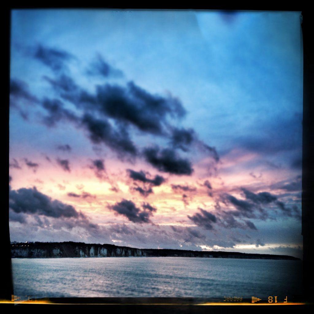 Les côtes françaises au couché du soleil depuis le ferry au départ de Dieppe