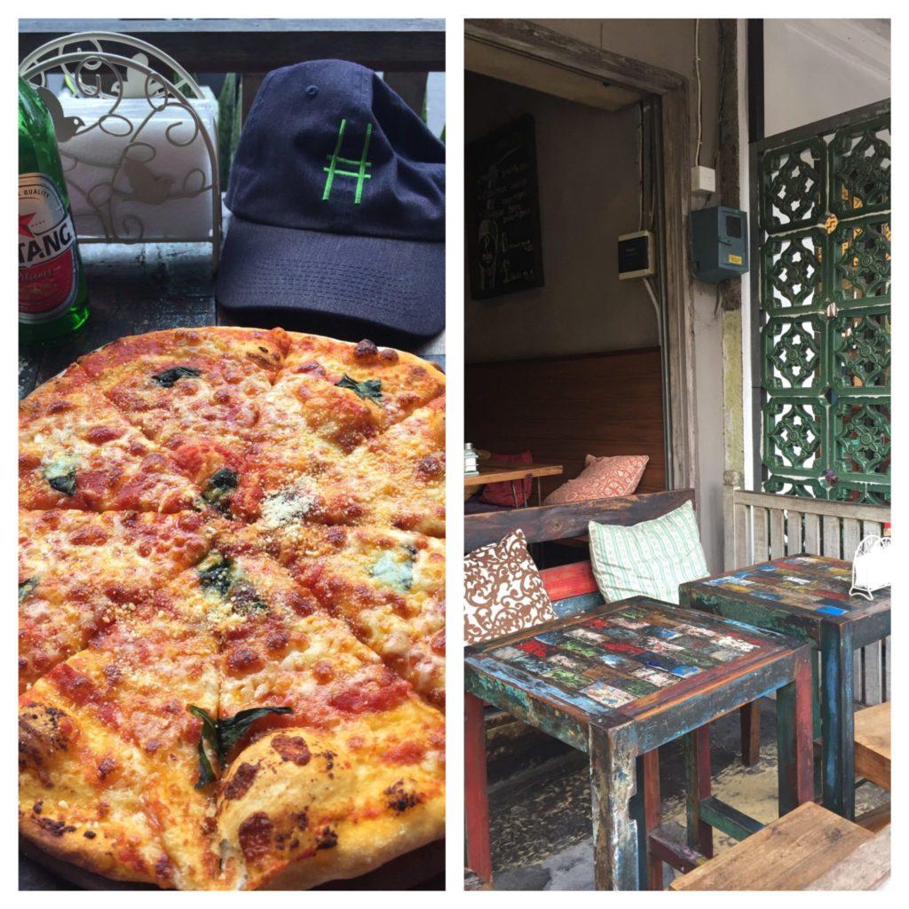 à gauche la pizza et à droite de l'image les tables en bois recyclé