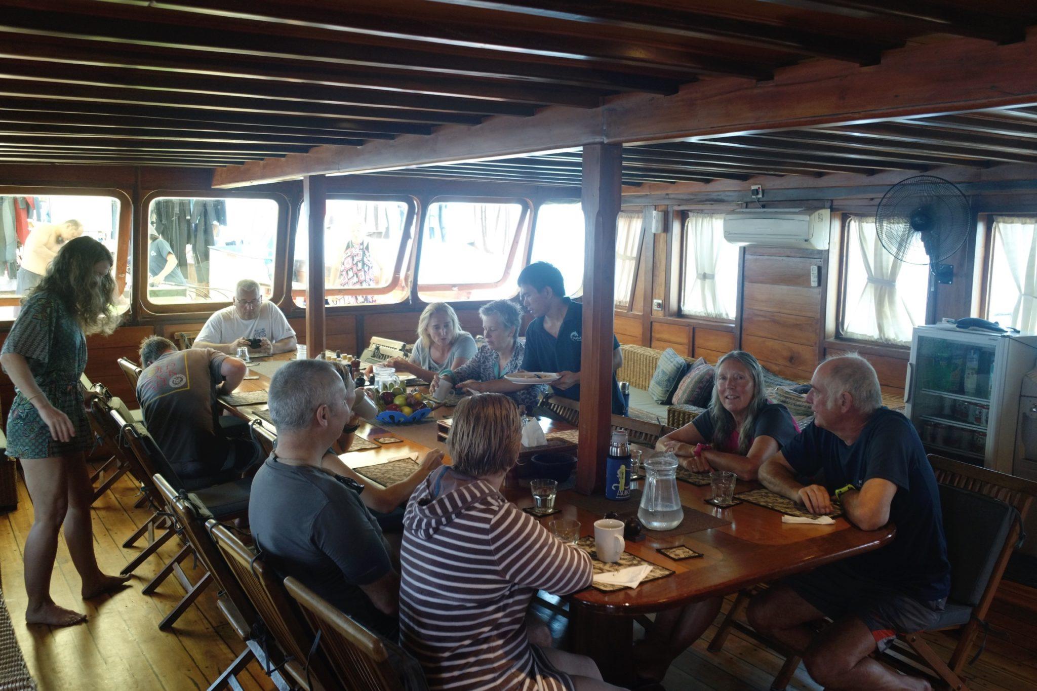 la salle à manger du bateau de plongée à komodo
