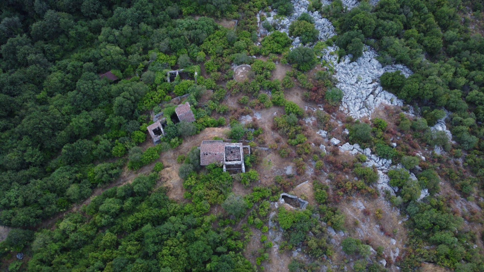 Photo drone Monténégro : Bergeries abandonnées dans le sud-est du Monténégro à côté du lac Skadar photographié en juillet 2021 avec un Drone DJI Mini2