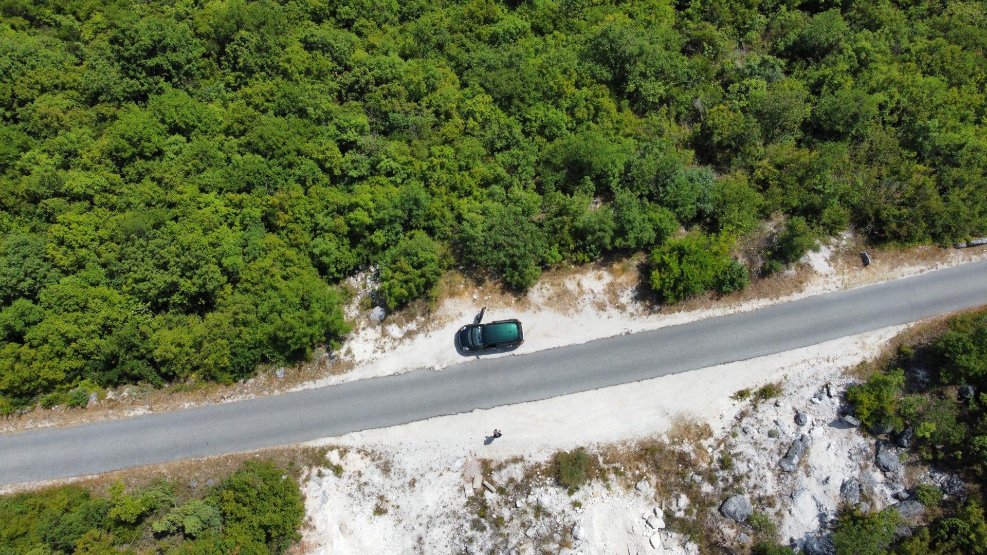 Route et voiture vues du ciel photographié en juillet 2021 avec un Drone DJI Mini2