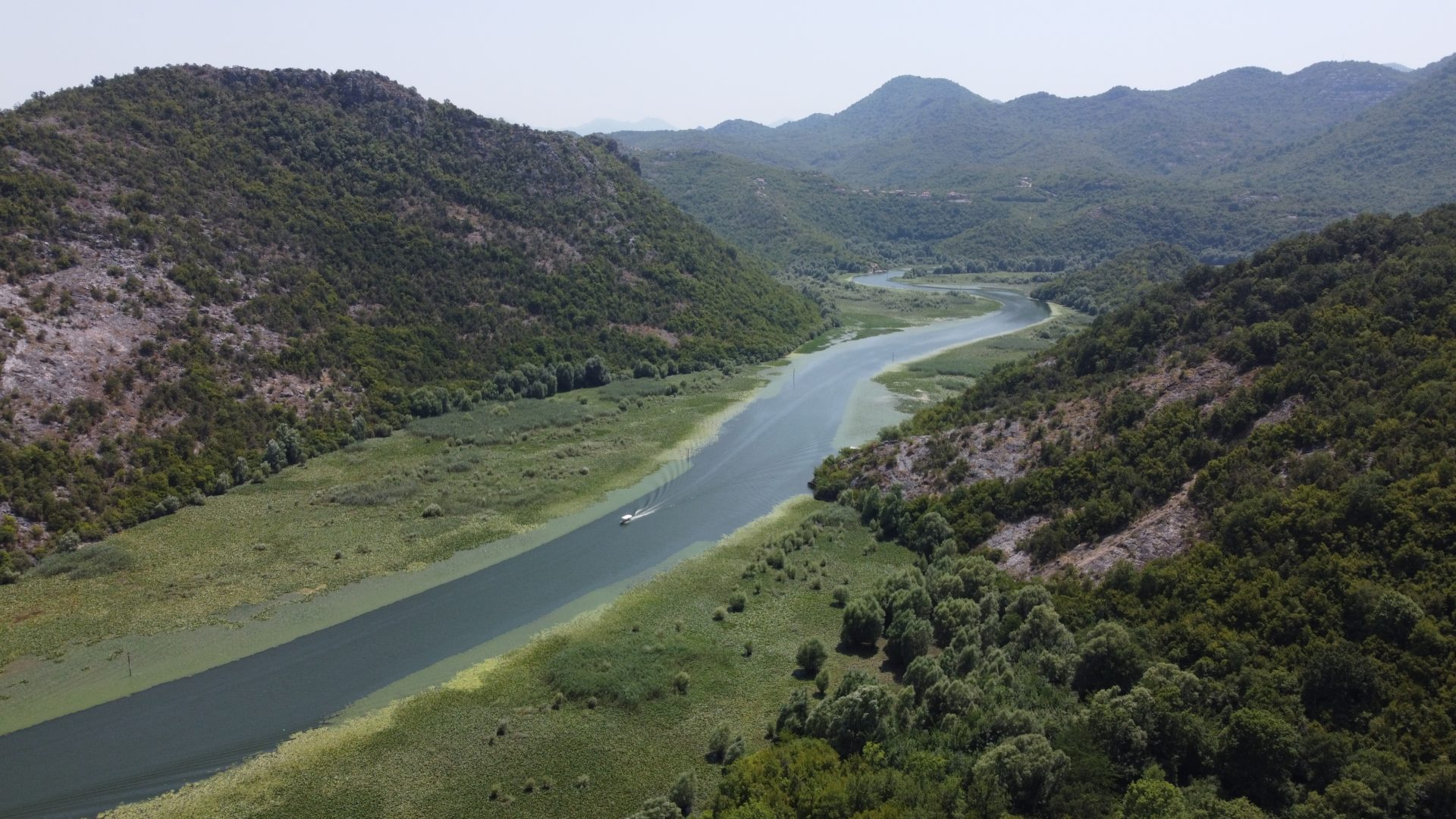 Magnifique point de vue sur les courbe de la rivière Skadar photographié en juillet 2021 avec un Drone DJI Mini2